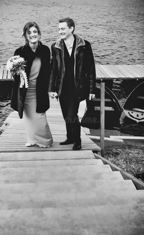 Couples heureux dans le monochrome photo libre de droits