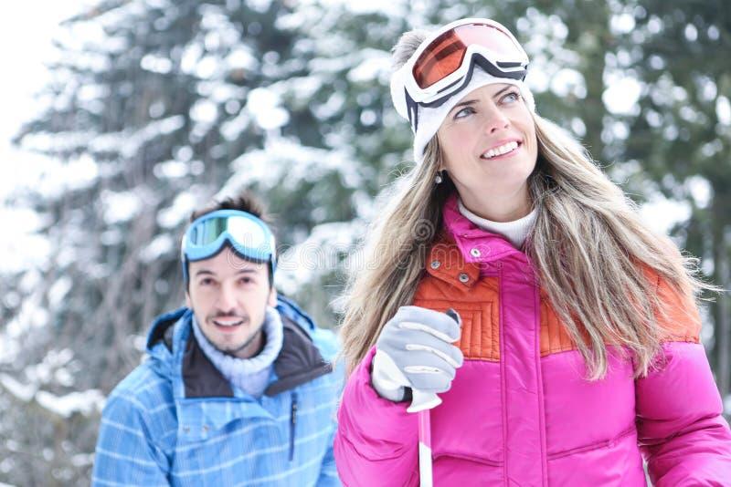 Couples heureux dans le ski d'hiver photos stock