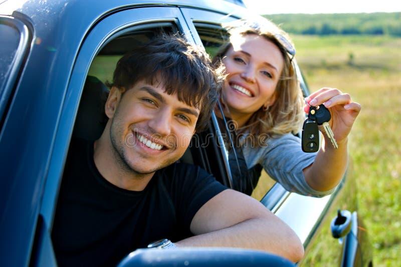 Couples heureux dans le véhicule neuf photographie stock libre de droits