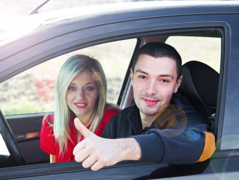 Couples heureux dans leur voiture images stock