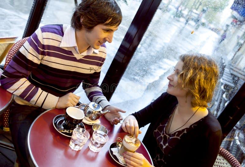 Couples heureux dans un café parisien photos stock