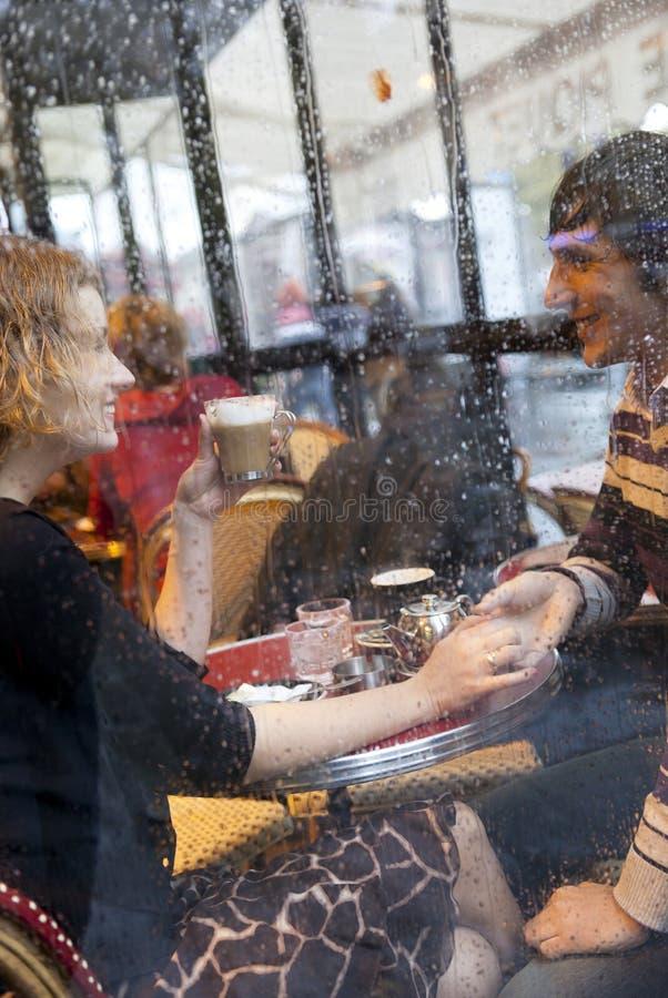 Couples heureux dans un café parisien photos libres de droits