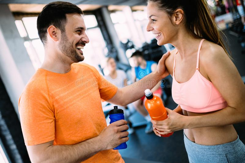 Couples heureux dans un club de santé image stock