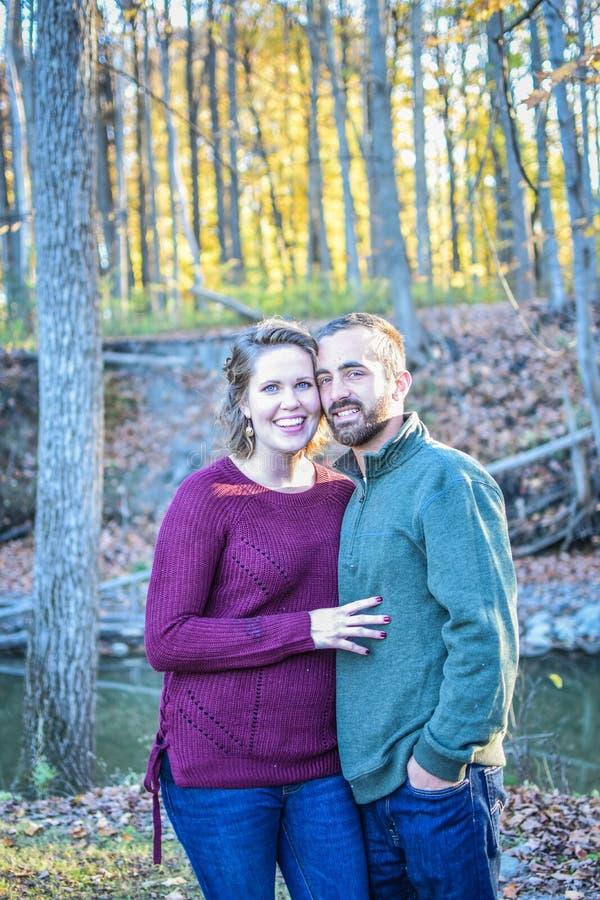 Couples heureux dans une forêt en automne photos stock