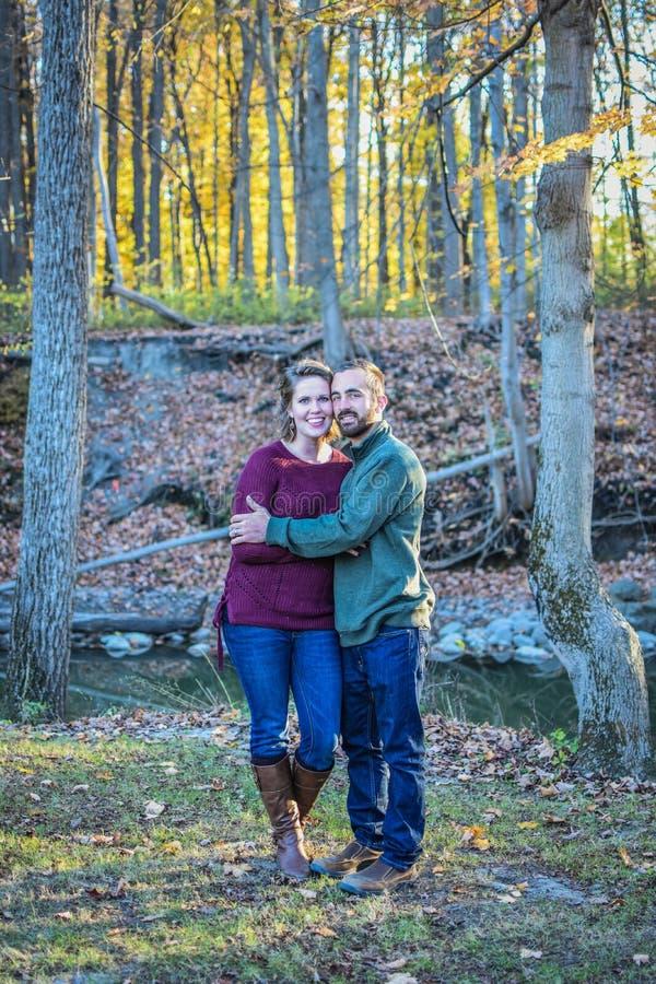Couples heureux dans une forêt en automne images libres de droits