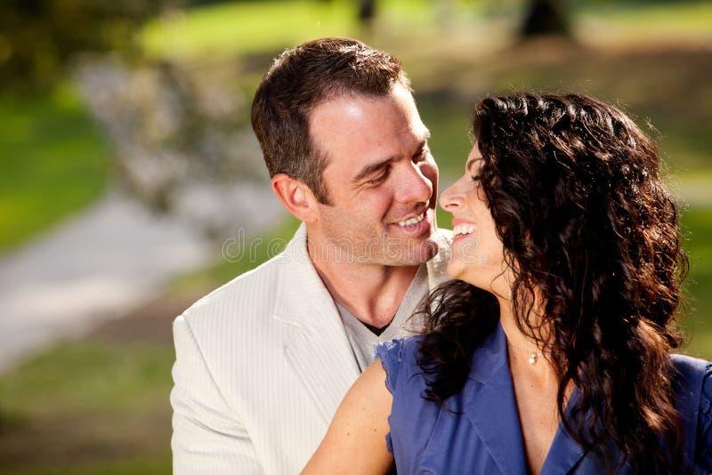Couples heureux de baiser images stock