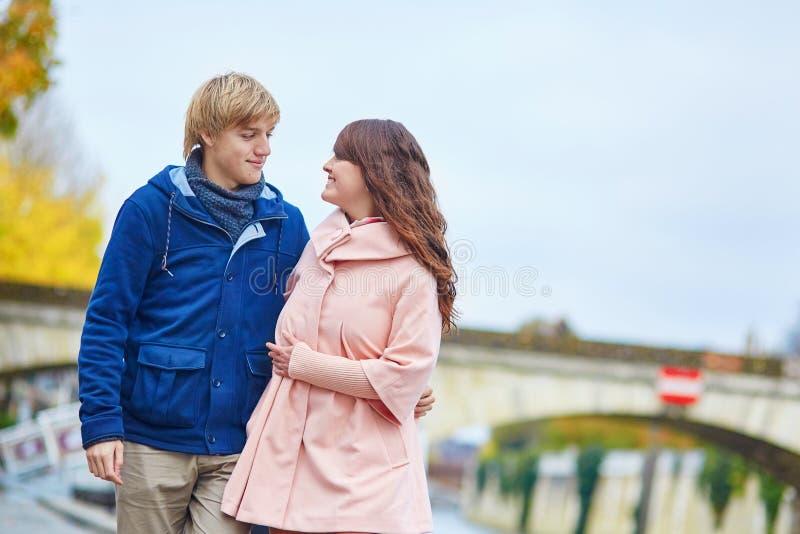 Couples heureux de datation marchant à Paris photographie stock libre de droits