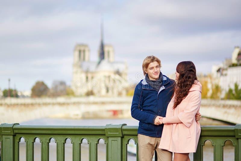 Couples heureux de datation marchant à Paris photos libres de droits