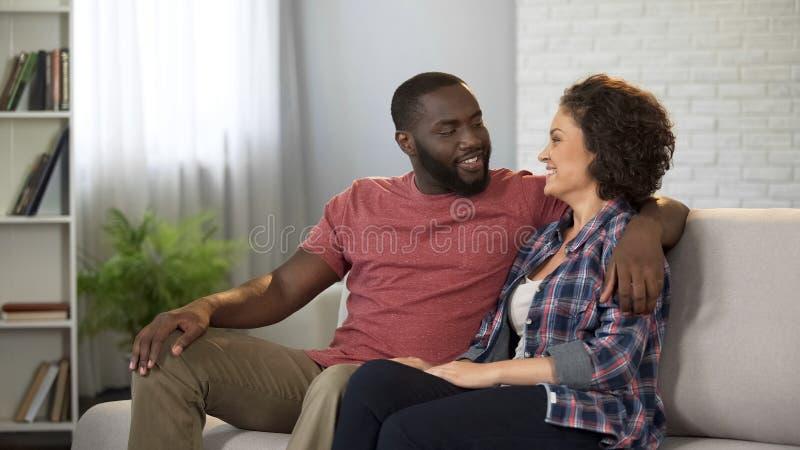 Couples heureux de famille se reposant sur le sofa appréciant le temps ensemble, harmonie de relations images libres de droits