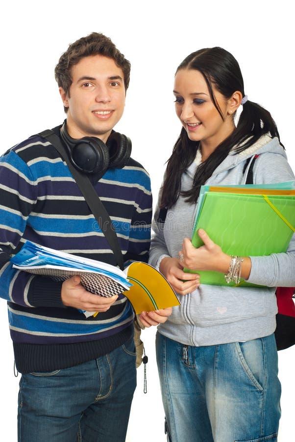 Couples heureux de l'étude d'étudiants photos libres de droits