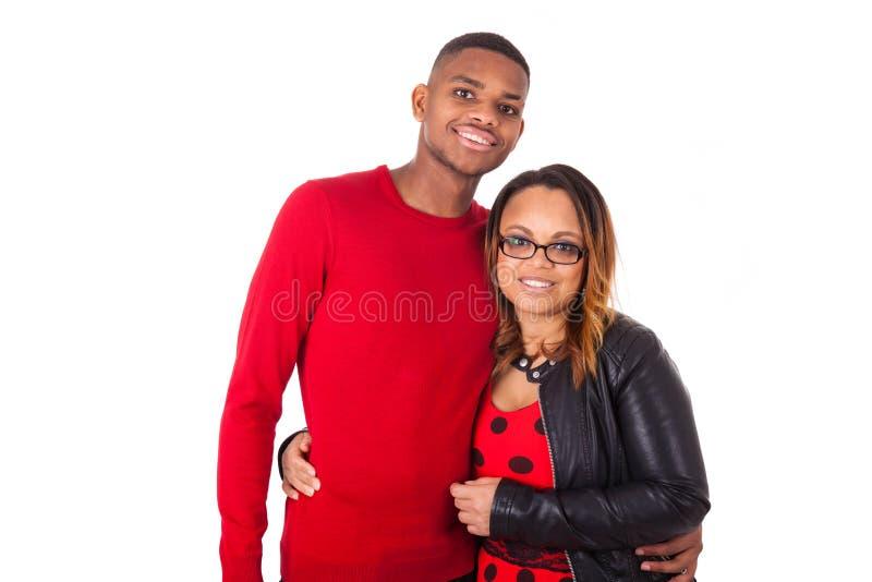 Couples heureux de métis étreignant au-dessus d'un fond blanc photos stock