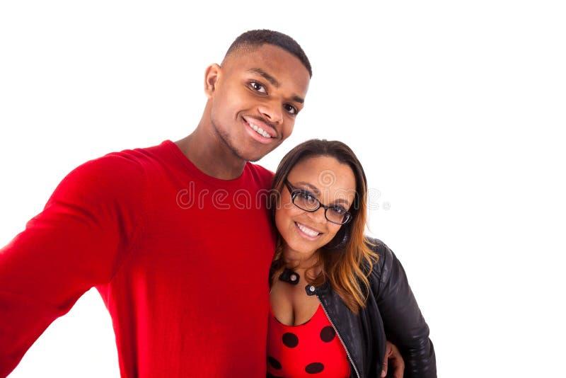 Couples heureux de métis étreignant au-dessus d'un fond blanc photographie stock