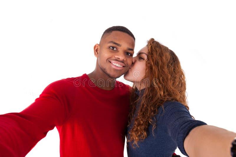 Couples heureux de métis prenant une photo de selfie au-dessus d'un backg blanc photographie stock