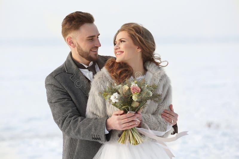 Couples heureux de mariage à l'extérieur image stock