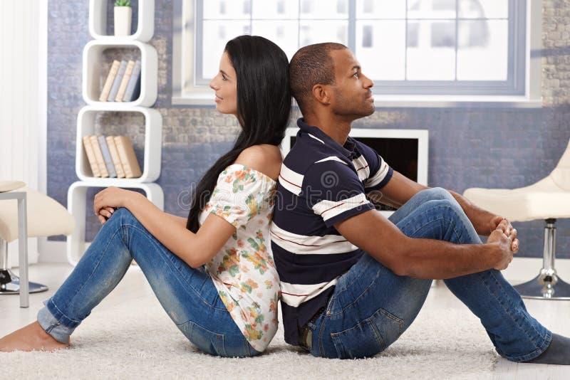 Couples heureux de rêverie à la maison photos stock