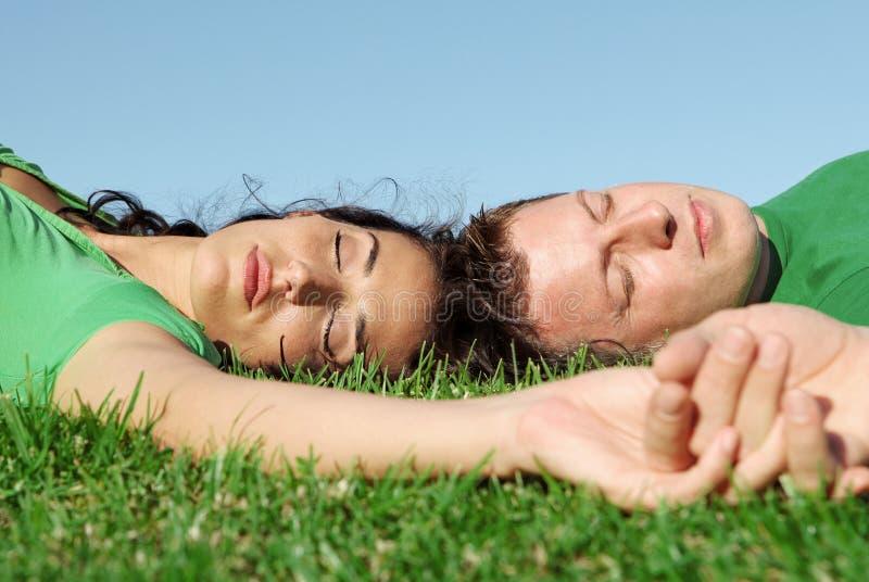 Couples heureux de sommeil dans l'amour photos libres de droits
