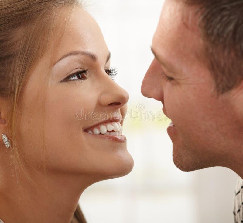 Couples heureux de sourire photographie stock