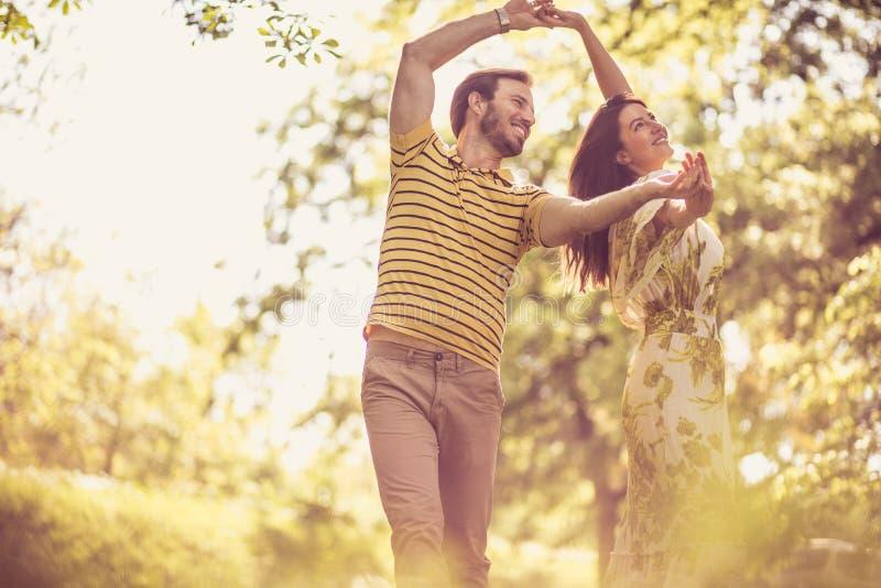 Couples heureux de sourire au printemps photos libres de droits