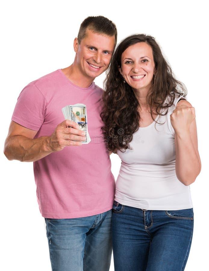 Couples heureux de sourire tenant l'argent d'argent liquide du dollar photo stock