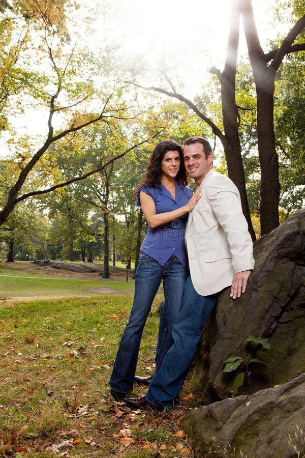 Couples heureux de stationnement photo libre de droits