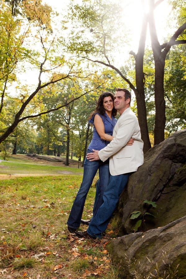Couples heureux de stationnement photographie stock libre de droits