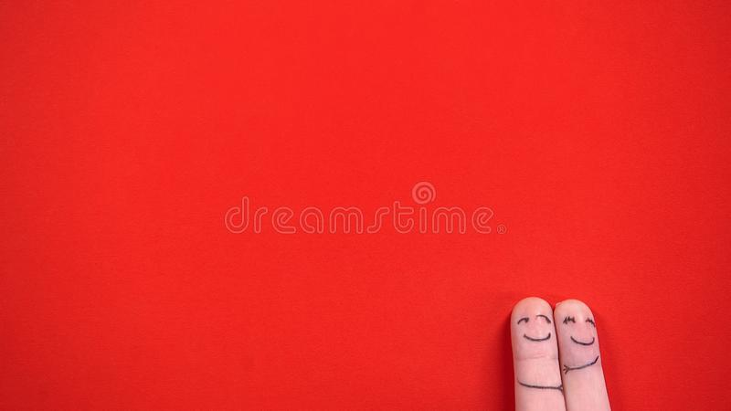 Couples heureux de visage de doigt dans étreindre d'amour, appréciant la date parfaite, amour, vue supérieure images stock