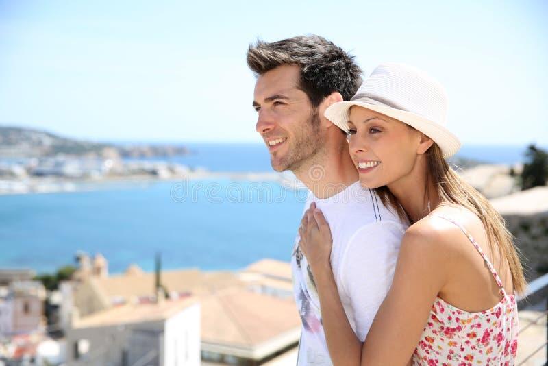 Couples heureux des touristes voyageant dans l'ibiza photographie stock libre de droits