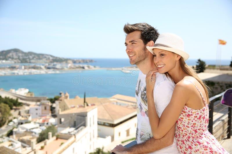 Couples heureux des touristes voyageant en île d'ibiza photos libres de droits