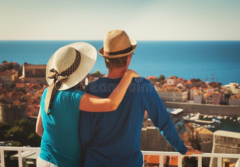 Couples heureux des vacances dans Dubrovnik, Croatie image libre de droits