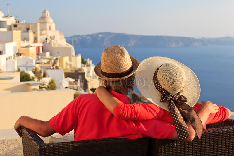 Couples heureux des vacances de Santorini photographie stock libre de droits