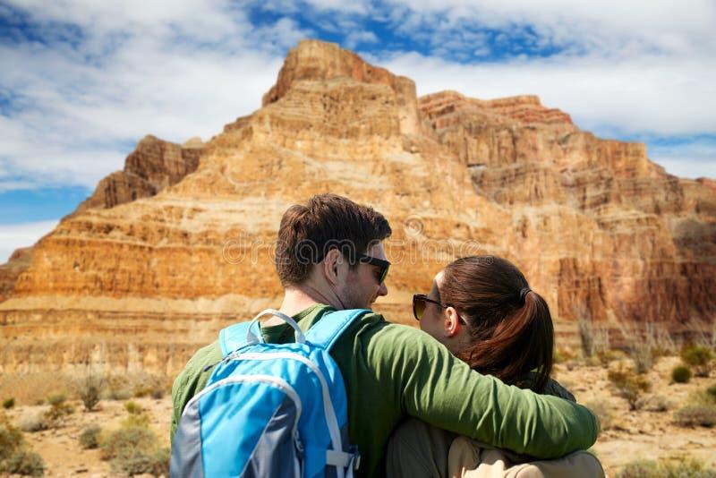 Couples heureux des voyageurs au-dessus du canyon grand image libre de droits