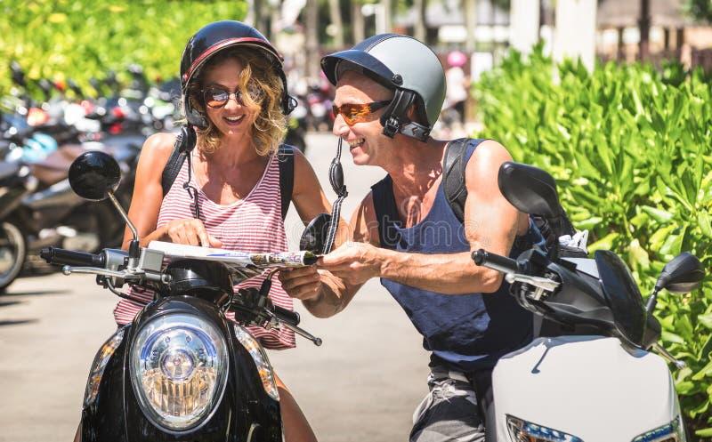 Couples heureux des voyageurs de touristes autour de Patong avec la motocyclette s images stock