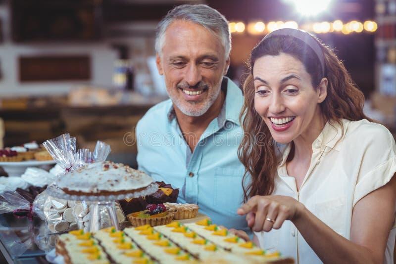 Download Couples Heureux Dirigeant Des Pâtisseries Photo stock - Image du geste, caucasien: 56486940