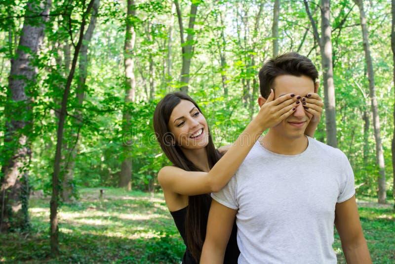 Couples heureux en nature photo stock
