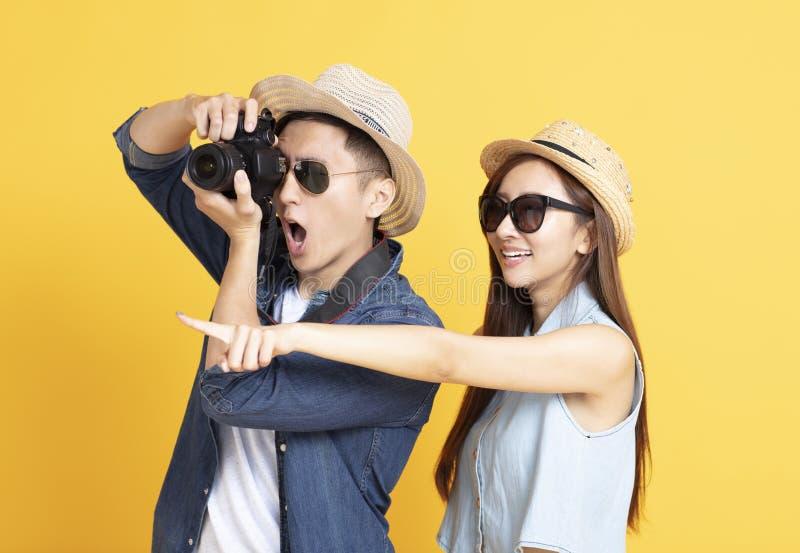Couples heureux en v?tements sport d'?t? et photos de prise photographie stock libre de droits