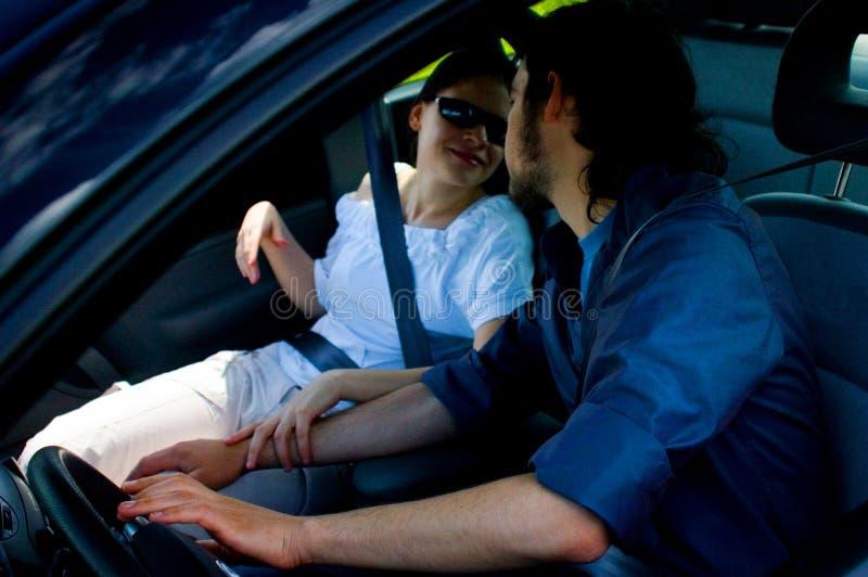 Couples heureux en voyage images stock