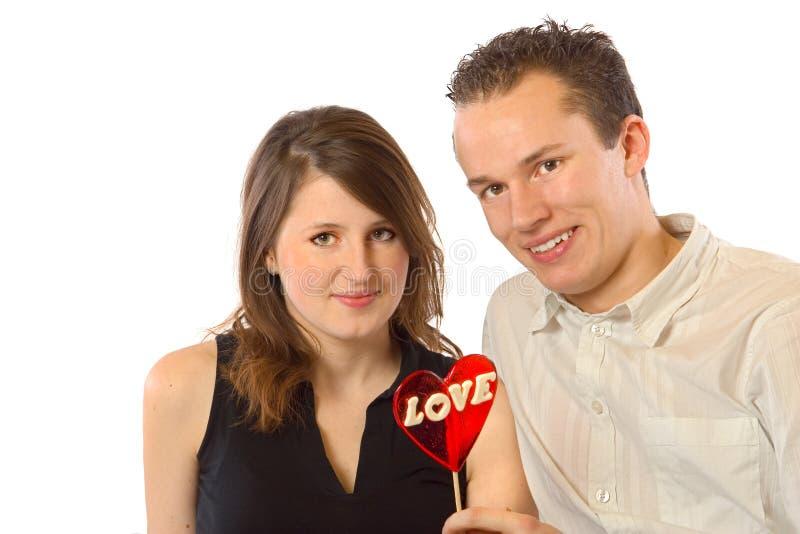 Couples heureux et coeur rouge photo stock