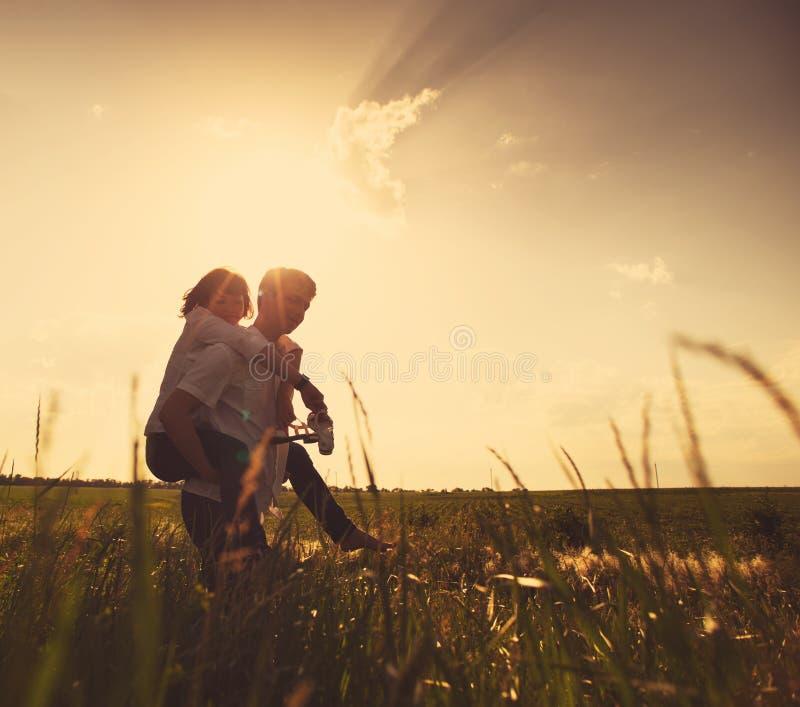 Couples heureux extérieurs, été images stock