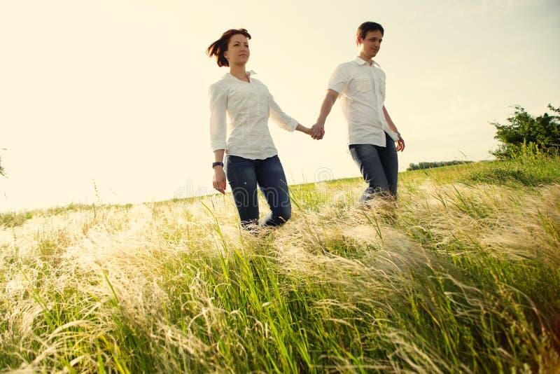 Couples heureux extérieurs, été image stock