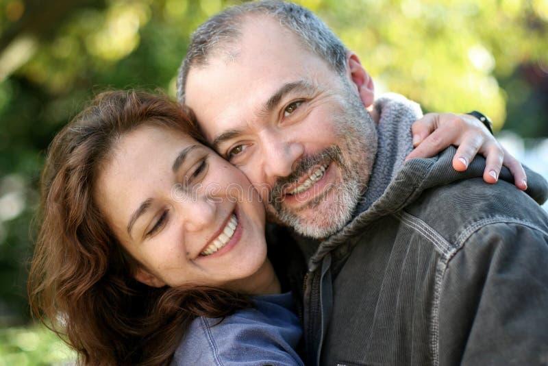Couples heureux extérieurs images libres de droits