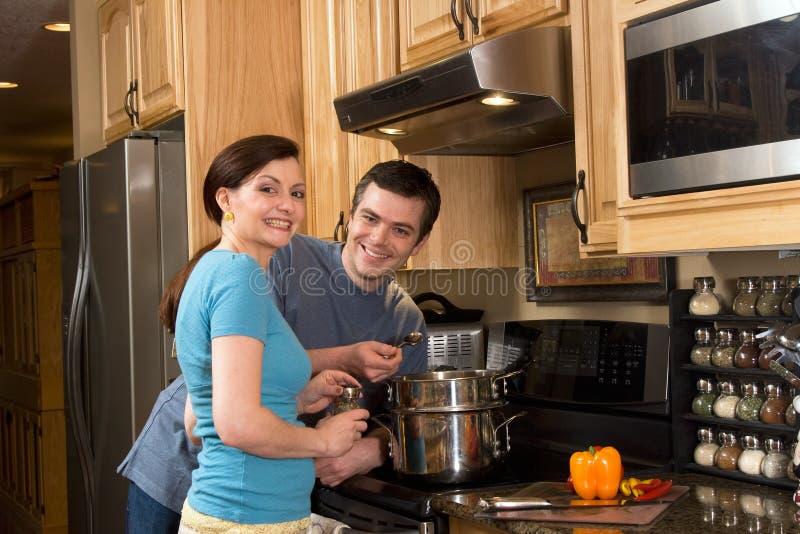 Couples heureux faisant cuire dans la cuisine - horizontale photos libres de droits