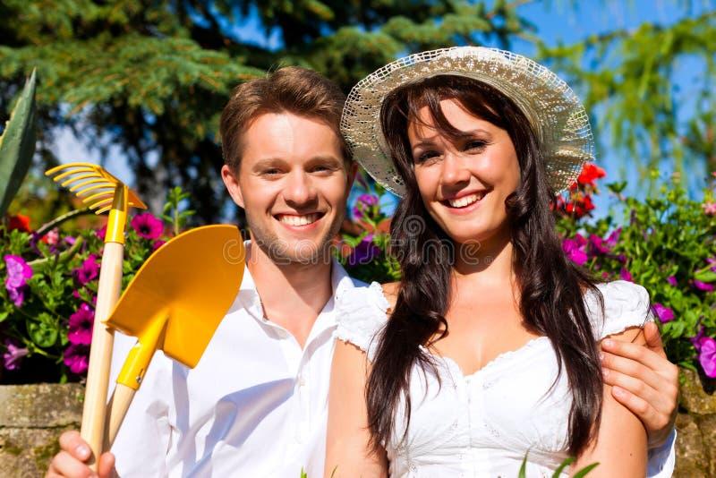 Couples heureux faisant du jardinage en été image stock