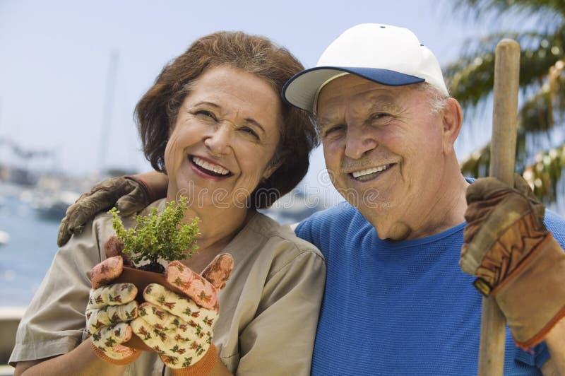 Couples heureux faisant du jardinage ensemble image stock