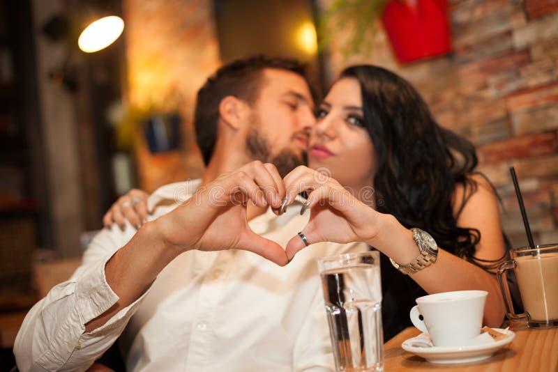 Couples heureux faisant le coeur avec leurs mains images libres de droits