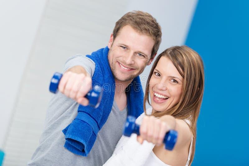 Couples heureux heureux espiègles établissant ensemble image stock