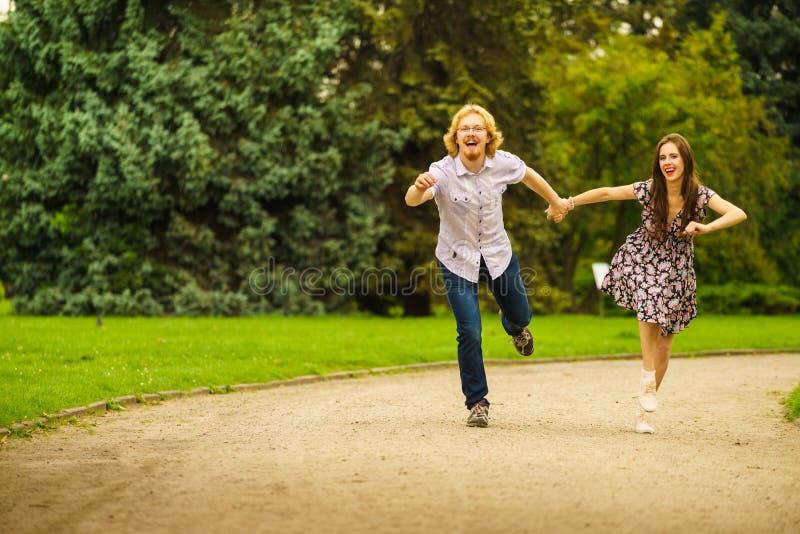 Couples heureux jouant en parc image stock
