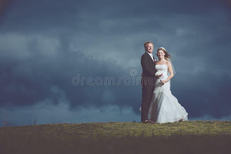 Couples heureux juste mariés photographie stock