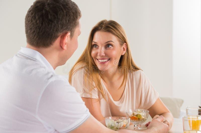 Couples heureux mangeant à la maison photo libre de droits