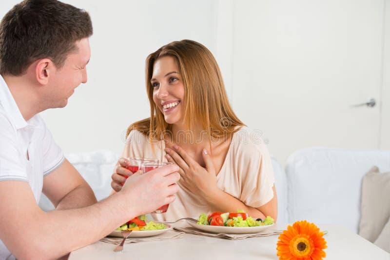 Couples heureux mangeant de la salade végétale photographie stock libre de droits