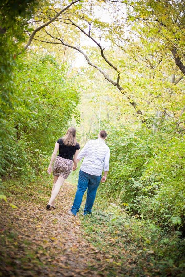 Couples heureux marchant par les bois image stock